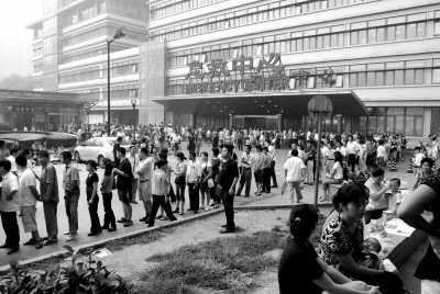 ②曾经北京儿童医院挂号排队排到二环边上.