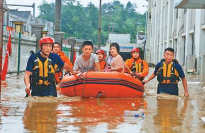 洪水中守护百姓平安