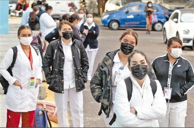 墨西哥医护人员排队等待接种新冠疫苗