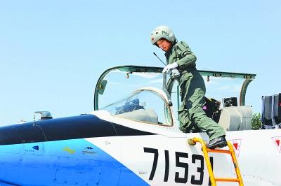 空军战斗机女飞行员换装