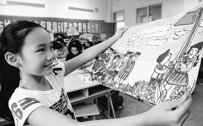 的生活.图为城北小学学生金美月在展示自己创作的绘画作品