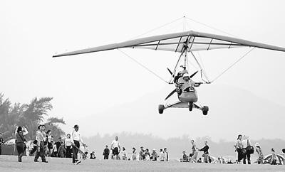 游客乘动力三角翼飞机在空中游览