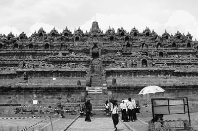 日惹/被警戒线围了起来的婆罗浮屠佛塔,只有少量游客参观。本报记者...