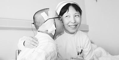 王文珍/王文珍(右)和西藏白朗县患者洛桑欧珠小朋友亲如一家。王铁刚...