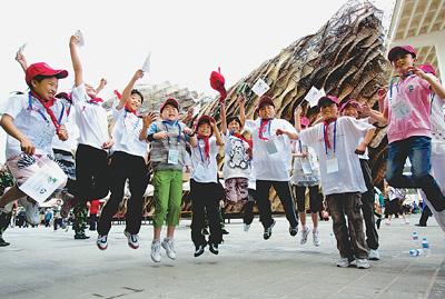 交通银行组织希望小学学生参观世博园,学生们在西班牙馆前欢呼雀跃.