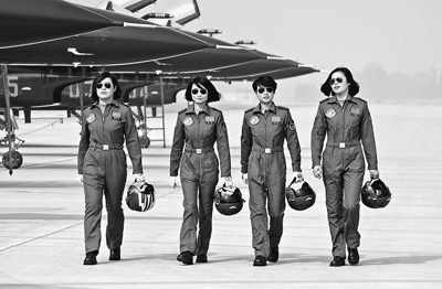 我国首批女汉子飞行员亮相珠海航展 - 行走并凝思着 - 行走 并凝思着