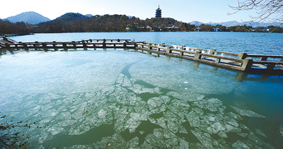 寒潮发力温达到零下九点三摄氏度 西湖结冰
