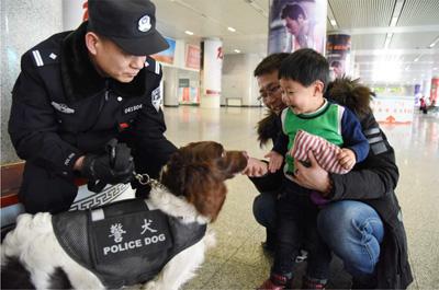 警犬值守护航铁路安全