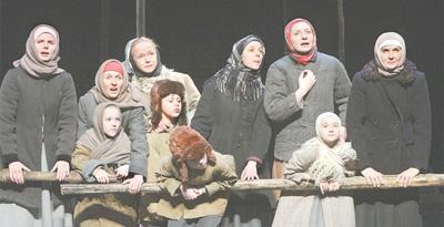"""""""训练无止境"""" ——一部经典戏剧的诞生 任飞帆 《 人民日报 》( 2017年03月19日   07 版)     3月3日,戏剧《兄弟姐妹》首次在天津大剧院带妆彩排,导演列夫·朵金精益求精,每个细节均进行数十次打磨。   人民视觉      俄罗斯戏剧《兄弟姐妹》于1985年3月诞生,30余年间走遍了世界14个国家。虽然经过无数次打磨,但3月4日在中国首演的前一天,导演列夫·朵金仍然不满意演员们的开场表演:""""你们的男人从战场死里逃生回来了,你们的儿子回来了,往远处看啊,看下一艘船啊,必须有他们回来呀!你 - weicuibai65 - 雕龙绣凤"""