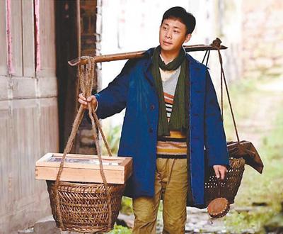 """中国故事 浙商精神 ——看电视连续剧《鸡毛飞上天》 彭加瑾 《 人民日报 》( 2017年03月21日   14 版)     电视剧《鸡毛飞上天》剧照。     """"鸡毛飞上天""""常常用来讽喻好高骛远和耽于幻想。然而上世纪80年代以后,改革开放的中国,恰恰把许多以往不可能实现的愿望变成了现实;许多曾经被讥讽为好高骛远的空想者成为奇迹的创造者。电视连续剧《鸡毛飞上天》就是这样一部作品。它以55集的篇幅,以上世纪70年代中期至今近40年的时间跨度为背景,以浙江义乌陈家村农户三代人的拼搏努力为中心,讲述了一个当代 - weicuibai65 - 雕龙绣凤"""