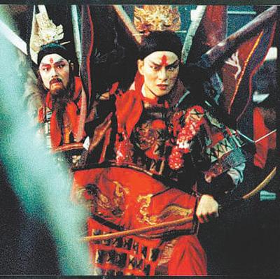 """吴兴国,三十年不变的""""燃烧"""" 任姗姗 程 龙 《 人民日报 》( 2017年05月11日   24 版)     图为《欲望城国》剧照。     当众叛亲离的""""敖叔征""""从高崖跳下,也是64岁的""""老生""""吴兴国扎着大靠、脚踩厚底,从2米多的高台纵身一跃,北京天桥艺术中心的观众彻底被点燃了。    没错,这就是吴兴国。在舞台,他追求极致的戏剧张力。他愿意燃烧自己,点燃人们的观念。他是演员、剧作家、导演,台湾当代传奇剧场艺术总监;他跨界电影、电视、传统戏曲、舞蹈表演与现代剧场。在银幕上,他因《青蛇》《宋家皇朝》《 - weicuibai65 - 雕龙绣凤"""