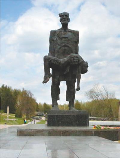 不屈的人,勿忘的历史 张晓东 《 人民日报 》( 2017年05月21日   07 版)      《不屈的人》主题雕塑。   张晓东摄      白俄罗斯是一个英雄的国度,首都明斯克是二战后苏联命名的12个英雄城之一。5月9日,是欧洲战场二战胜利纪念日。此时的白俄罗斯,每座城市、每个乡村都充溢着一种庄严肃穆的氛围,很多人胸前都别上了纪念二战的红绿丝带。    来到英雄的国度,自然要实地探访曾经炮火硝烟的战场。斯大林防线是二战的重要遗存,威猛的飞机、坦克,著名的喀秋莎火箭炮,如今,已成为人们拍照留念的背景 - weicuibai65 - 雕龙绣凤