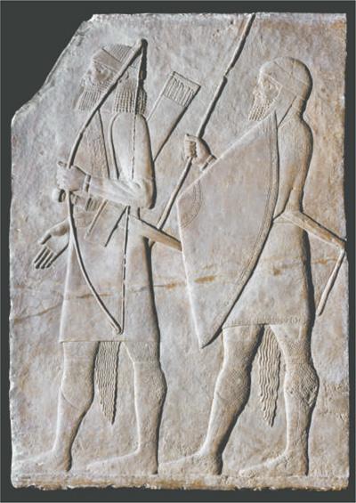 """全球史视野下的文明互动(策展手记) ——""""大英博物馆一百件文物中的世界史"""" 王 辉 《 人民日报 》( 2017年05月21日   12 版)     公元前七百年至前六九五年的""""亚述浮雕板""""。这件浮雕曾用于装饰亚述王辛纳赫里布在首都尼尼微的一处宫殿。亚述人能征善战,通过军事征服控制了绝大部分中东地区,创建了当时伟大的帝国。通过这件浮雕板上守卫的服饰,可以判断他们的族属——弓箭手可能是阿拉米人,而持矛者来自地中海中部的黎凡特。     用文物讲述历史,是博物馆展览的主要呈现方式。3月2日至5月31日,中国 - weicuibai65 - 雕龙绣凤"""