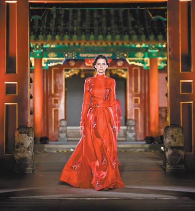 """绣娘的日常,成了艺术有了市场(让优秀传统文化活起来、传下去) 本报记者 陆娅楠 《 人民日报 》( 2017年06月15日   12 版)    绣娘正在讲解苗绣的技艺与传说。   张润宇摄       模特在依文·中国手工坊高级时装秀现场走秀。   张润宇摄      入夜,北京恭王府红墙大院内,青石板上搭起T台。缱绻撩人的布依族浪哨中,云鬓香衣款款而来,""""依文·永不遗失的绣梦""""时装秀上的布依族刺绣惊艳全场。    谢幕时,聚光灯下,37岁的布依族绣娘 - weicuibai65 - 雕龙绣凤"""