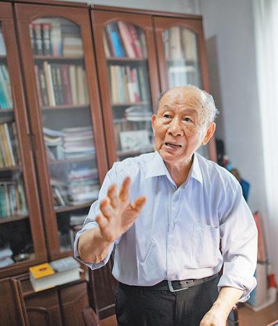 """崔崑 矢志报国,百炼成钢(知识分子风采) 本报记者 丁雅诵 《 人民日报 》( 2017年06月21日   04 版)        见到92岁高龄的崔崑院士(见图。资料照片),记者还是吃了一惊。敏捷的思维、清晰的言谈、自如的行动,根本不像是一个耄耋之年的老人。    一看到记者,崔崑便兴奋地拿出自己的书——《钢的成分、组织与性能》,""""81岁开始写,6年完工,200万字,我把自己对钢的理解都写在这本书里了。""""崔崑拍着这部上下两册的""""大砖头""""说,""""不过这两年钢铁领域又有新进展,我今年修 - weicuibai65 - 雕龙绣凤"""