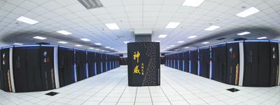 """采用国产芯片的超级计算机""""神威·太湖之光""""全球超算三连冠 """"神威""""如何显神威(厉害了,中国科技) 本报记者 王伟健 《 人民日报 》( 2017年06月21日   12 版)    """"神威·太湖之光""""超级计算机。    新华社记者 李 响摄      6月19日,在德国法兰克福举行的全球超级计算大会公布新一期全球超级计算机500强榜单中,由国家并行计算机工程技术研究中心使用中国自主芯片研制的""""神威·太湖之光""""第三次出现在全球超算500强榜单(第四十九期)榜首的位置,实现三连冠。    同时,""""神威·太湖之 - weicuibai65 - 雕龙绣凤"""