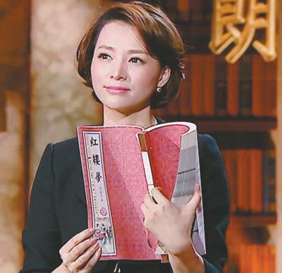 """董卿:以文学之名叩问生命(文化进行时) 本报记者 王 珏 《 人民日报 》( 2017年06月22日   19 版)        2017年,中央电视台主持人董卿迎来了爆发期。年初,她主持的《中国诗词大会》活化诗词经典,掀起了传统文化节目热潮,随后,她首次担任制作人的《朗读者》成为现象级节目,并摘得上海电视节""""白玉兰奖""""最佳季播电视节目大奖。""""《朗读者》重新把目光投注到了最简单也最丰富、最质朴也最深刻的文字世界, 希望能够彰显一种人之所以为人的精神。""""董卿说。节目成功了,但她却给自己打80分。""""不要把很 - weicuibai65 - 雕龙绣凤"""