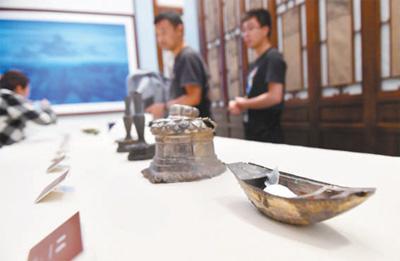 故宫博物院举办追思会,缅怀三十二年前捐赠文物的河南农民 文物保护,需要更多何刚 本报记者 王 珏 《 人民日报 》( 2017年06月23日   12 版)    何刚捐赠给故宫的银錾刻船。    新华社记者 金良快摄      6月22日,北京城下起了大雨,一场特殊的追思会在故宫博物院举办。32年前,河南省商水县村民何刚将在老家挖地基发现的19件文物捐赠给故宫博物院;如今,得知何刚意外身故在打工的高铁工地上,故宫博物院邀请其亲属与相关专家,一同对何刚进行追思缅怀,并鼓励更多人参与文化遗产保护。    我 - weicuibai65 - 雕龙绣凤