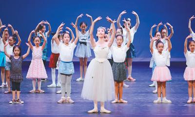 """天桥剧场:老剧场的""""不老经""""(文化进行时) 王 陈 《 人民日报 》( 2017年06月29日   18 版)    在天桥剧场""""芭蕾精品晚会""""中,中芭优秀舞蹈演员为孩子们教授芭蕾动作。   资料图片      一段时间以来,随着城市化进程的加快,各地都把剧院当作城市重要的公共文化服务设施来建设。据不完全统计,我国目前剧院总数已超过2000家。而事实上,不少地方的剧院建起来了,但剧目创作或引进都未跟上,剧院定位和发展方向也未明晰,最终导致品质低、观众少,循环往复,经济效益和社会效益都不理想,许多剧院只能沦 - weicuibai65 - 雕龙绣凤"""