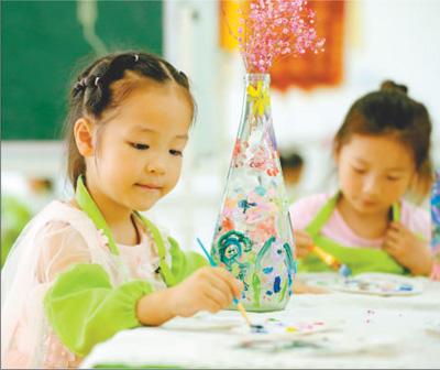 全椒县庄曹大地幼儿园的小朋友们在废弃瓶子上绘画,做成花瓶.
