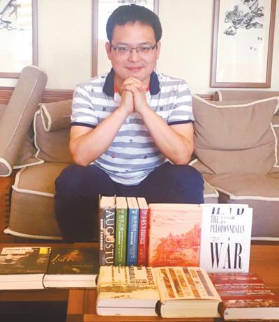 """与译作一同成长 本报记者 周飞亚 《 人民日报 》( 2017年07月14日   16 版)    陆大鹏在书房展示自己的译作。   资料图片      这段时间,80后业余译者陆大鹏很忙。他正在翻译费迪南·蒙特爵士的《王公之泪:印度的叛乱、金钱与婚姻,1805—1905》,这是一本反映大英帝国统治印度百年历史的著作。这位自称""""民间野生派""""的英美文学硕士,主业其实是在出版社从事版权工作。翻译对他而言虽属业余,但水平却很专业。    陆大鹏以翻译历史科普书见长,偶尔也会涉 - weicuibai65 - 雕龙绣凤"""