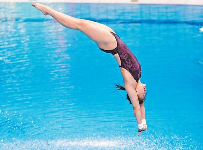 任茜,泪水不会白流 李中文 杨 磊 《 人民日报 》( 2017年07月21日   13 版)    当地时间7月19日,任茜在比赛中。   新华社记者 丁 旭摄      布达佩斯游泳世锦赛之行,年仅16岁的任茜身负参加混双、女双、女单十米台3项比赛的重任。    这是一份信任,也是一份压力。人们期待她在布达佩斯成就勇夺三金的壮举,不想这里却成了她的伤心地。    失利的泪水    任茜哭出了声,在一众记者面前哭得稀里哗啦。此刻,她不再是那个不苟言笑的奥运 - weicuibai65 - 雕龙绣凤