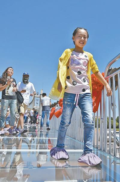 国内首座横跨黄河两岸3D玻璃桥亮相沙坡头
