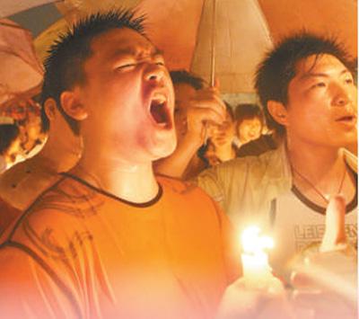 """历经沧桑 为国而歌(故居·故事) 《 人民日报 》( 2017年09月02日   09 版)    广东深圳武警新兵向国旗敬礼并高唱国歌。   资料图片       上海国歌展示馆内收藏的灌制首版《义勇军进行曲》唱片的刻录机。   资料图片       汶川地震发生后,广东佛山市民在暴雨中高唱国歌。   资料图片       北京市中小学开展的""""升国旗、唱国歌、向国旗敬礼""""活动。   资料图片       上海国歌纪念广场中的主题雕塑。   资料图片                编者的话    9月1日 - weicuibai65 - 雕龙绣凤"""