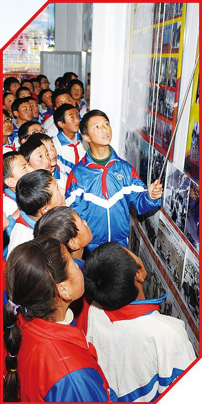 江孜县闵行中学学生观看西藏新旧对比图片展.