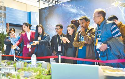 """前来中国采访十九大的外国记者近日在北京展览馆参观""""砥砺奋进的五年""""大型成就展"""