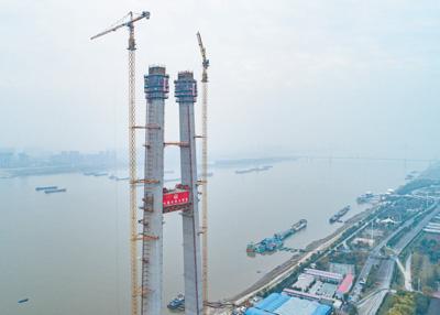 世界最大跨度双层悬索桥首座主塔封顶