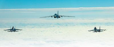 空军多架轰—6K战机  展翅远洋 战巡南海