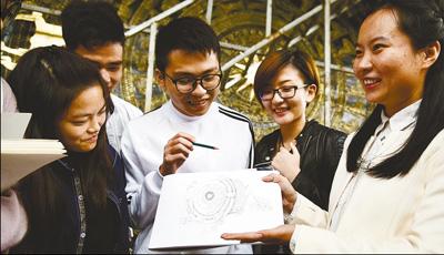 广西学生与铜鼓艺人交流近距离感受非遗魅力