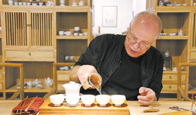 bob娱乐:德国老人的中国茶道(传播中国文化的外国人)