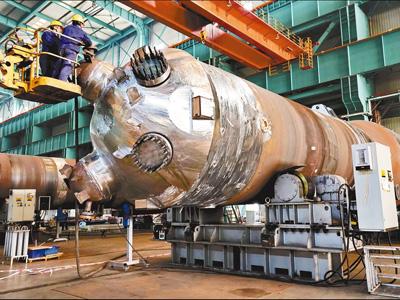"""我国核电出口产品""""华龙一号""""核电机组蒸汽发生器完成总装"""