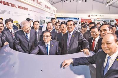 李克强与湄公河五国领导人共同参观澜沧江―湄公河合作成果展