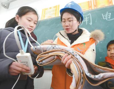 扬州志愿者走进学校为学生普及安全用电知识