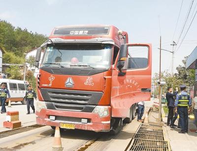 货车超载恶意冲卡 道路桥梁受到威胁