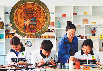 学做皮雕工艺品 传承民族良好文明