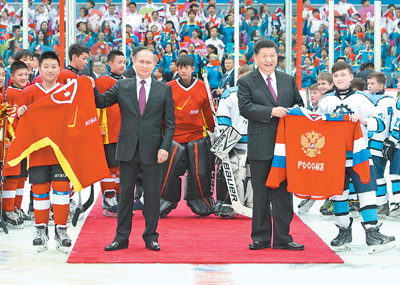 习近平同俄罗斯总统普京在天津共同观看中俄青少年冰球友谊赛