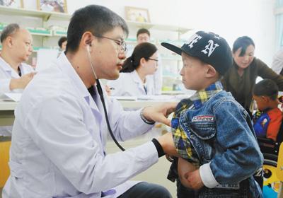医疗专家入藏 为患儿免费治疗