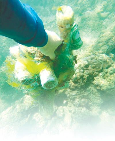 李波在清理海底垃圾.