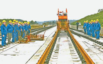 成贵高铁云贵段正式开始铺轨