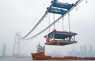 武汉杨泗港长江大桥完成首节钢梁架设