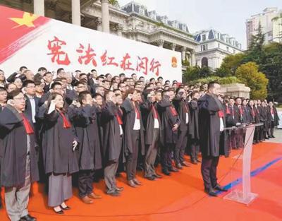 """<b>首个""""宪法宣传周""""全国近10万律师向宪法宣誓</b>"""