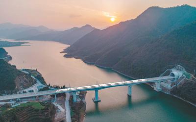 黄杭高铁开通运营 高铁沿线穿越7个5A级景区