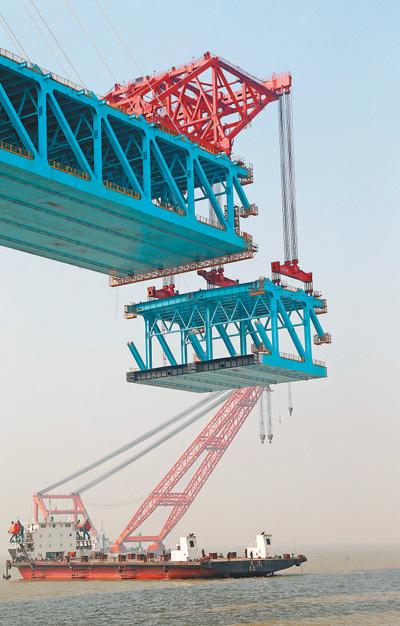 沪通长江大桥完成新年首轮钢梁悬吊