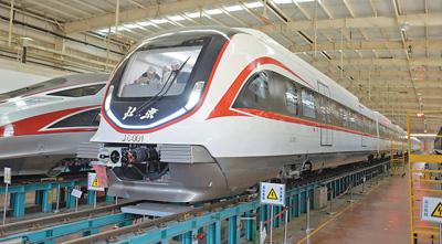 我国首列全自动驾驶市域快轨列车亮相 时速可达160公里