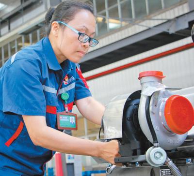 许燕妮代表:拼搏是工匠的本色