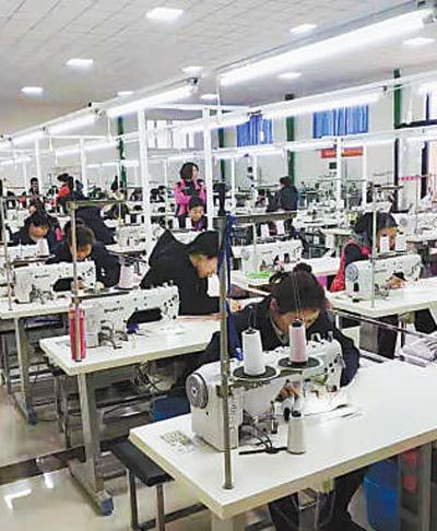 东兴村服装厂车间.图片